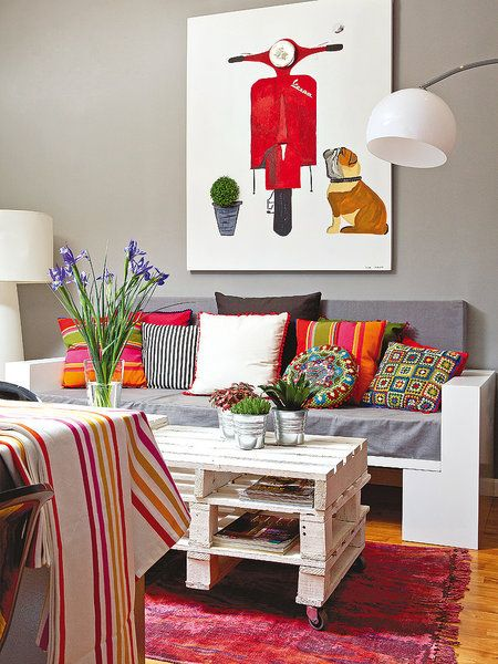 Zona de estar con mesa de palet. Residencia Estudiomad6