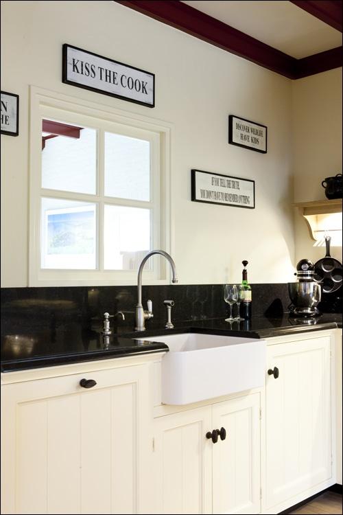Creme Kleurige Keuken : spoelzone in de keuken. In zowel landelijke als nostalgische keukens