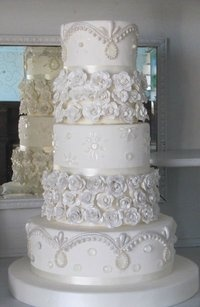 Oh wow! Love this white wedding cake!