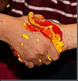 Encaixada de mans i barreges de colors. M'encanta!