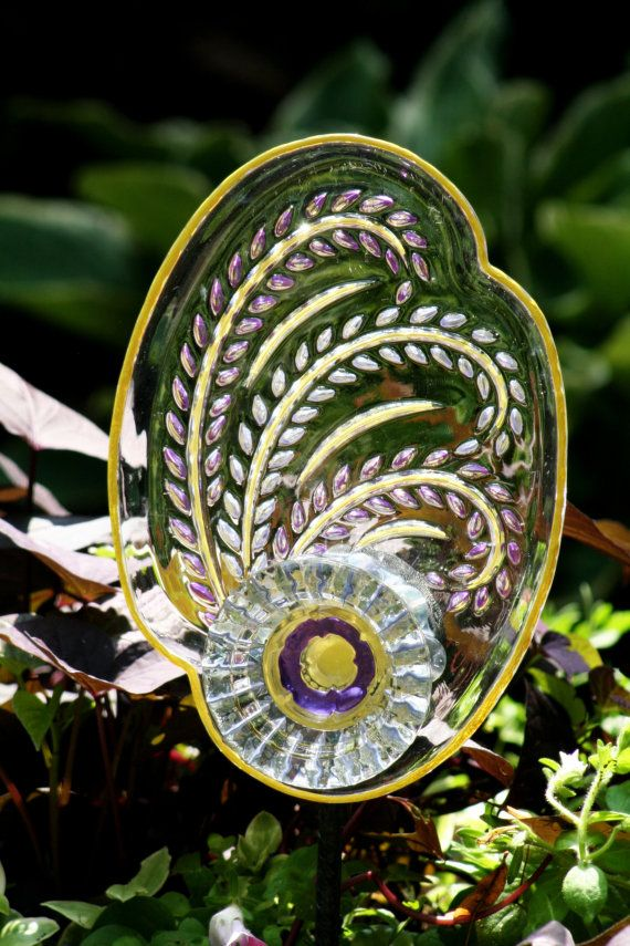 Garden plate flower garden art and garden sun catcher with for Garden art from old dishes
