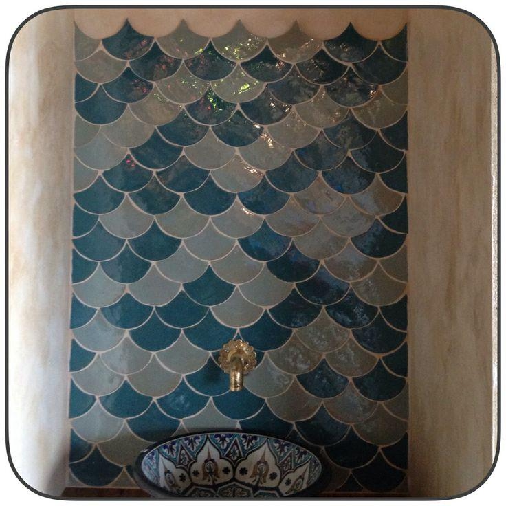 wrzorzysta umywalka na tle marokańskich płytek
