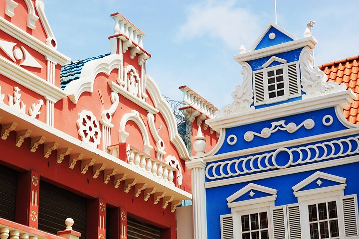 Count the colors in Aruba's capitol city.