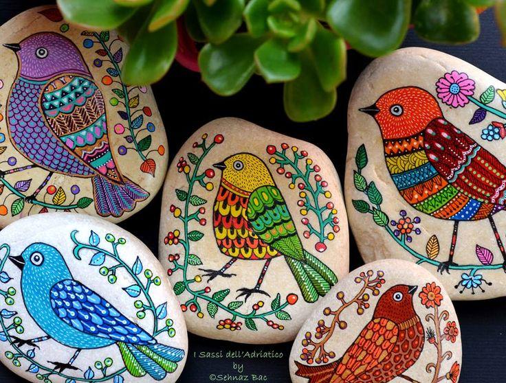 https://www.facebook.com/ISassiDelladriatico Для этого множества, все детали сделаны!  Мои #paintedstone птицы готовы лететь других стран Обратите внимание, что я добавил филиал листьев и ягод на синей птицей