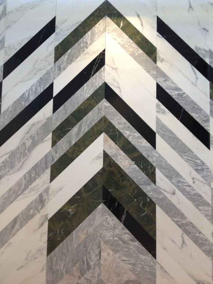 Oerhört förtjust i chevron-mönster just nu, och älskar det här sättet att behandla marmor som känns modernt och inte alls elegant.