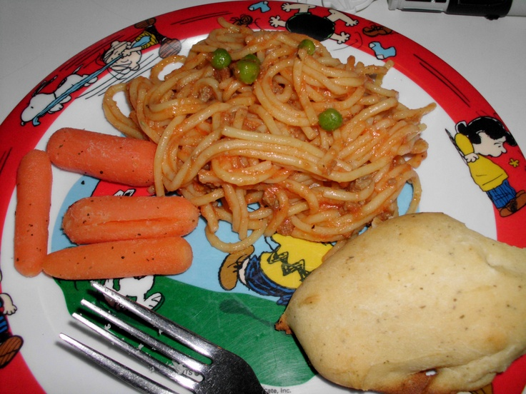Gluten-free spaghetti with meat sauce, peas & rosemary baby carrots ...
