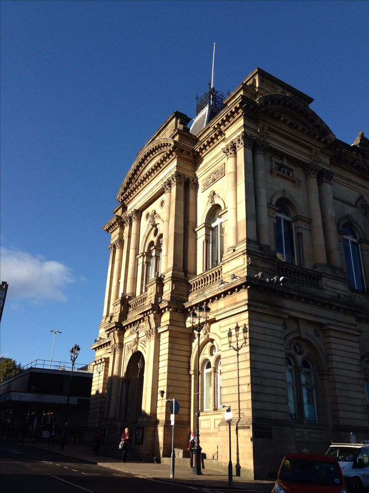 Huddersfield Town Hall | Grand old Yorkshire buildings in the Autumn ...