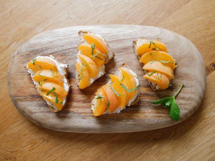 Apricot, mint, ricotta tartine | Cocina: Sandwiches | Pinterest
