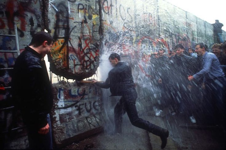 a report on the rise and fall of the berlin wall After the collapse of germany in 1945, the allied superpowers divide the country,  berlin included, into four zones, with each of them controlling one in 1946.