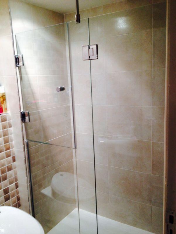Mamparas Para Baños Glass:Mampara de baño con acceso para persona discapacitada #mamparas #