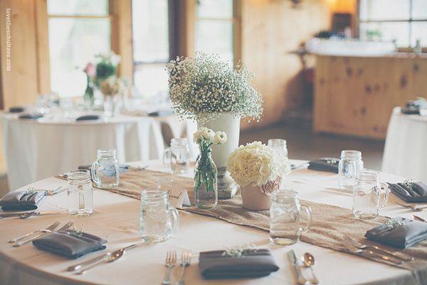 Eine moderne Hochzeitsdeko mit Schleierkraut und Ranunkeln ...