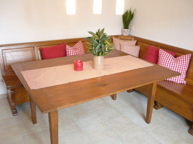 Keuken Hoekbank Met Tafel : boeren tafel in oude boederij met hoekbank. Gezellig eten met de hele