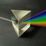 05 - La luz blanca puede ser descompuesta en todos los colores (espectro) por medio de un prisma. En la naturaleza esta descomposición da lugar al arco iris.