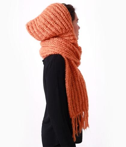 Bufanda con capucha tejida a mano. Color naranja.  Materia prima lana.  Talla única