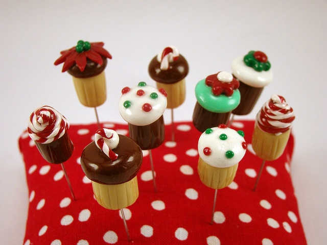 holiday cupcake pin toppers by sewcraftyjess, via Flickr