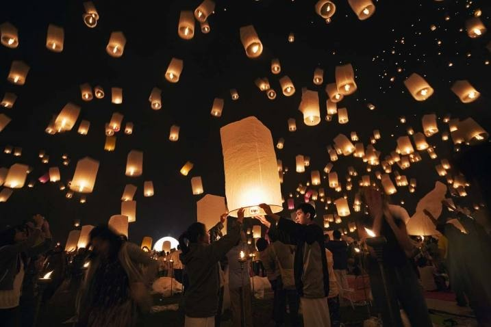 Write a wish or a prayer for the couple or for a family member or friend at the end of your wedding day outside, and let the paper lanterns fly! Cute idea!