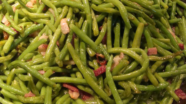 Simple sauteed green beans with bacon