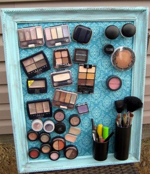Я довольно много в любви с этой идеей макияжа для хранения мыслями Лорой.  Сделать рамку доска металла, придерживаются сильные магниты, чтобы ваши коробки макияж, и есть все ваши макияж на кончиках ваших пальцев.  Я не думаю, что я когда-либо видел организатор магнитная доска мне понравилась больше, чем это!  Отлично подходит для стен ванной!