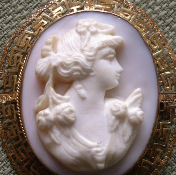 Резные викторианской кожа ангела Coral Камея Брошь Изображая прекрасная женщина с волосами Вертикальная изящно задрапированные с цветами, установлены в 14k золото Ажурная рамка с.  1910