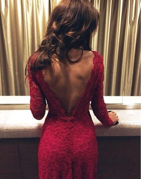 Фото девушки в красном платье сзади