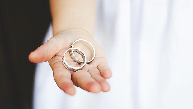 flower girl holding rings | Wedding Poses | Pinterest: pinterest.com/pin/501166264756090144
