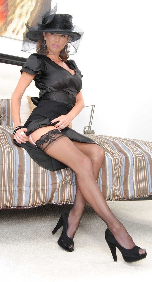 Jaw-dropping hot european MILF with nylon clad legs demonstrating her goods № 75902 бесплатно