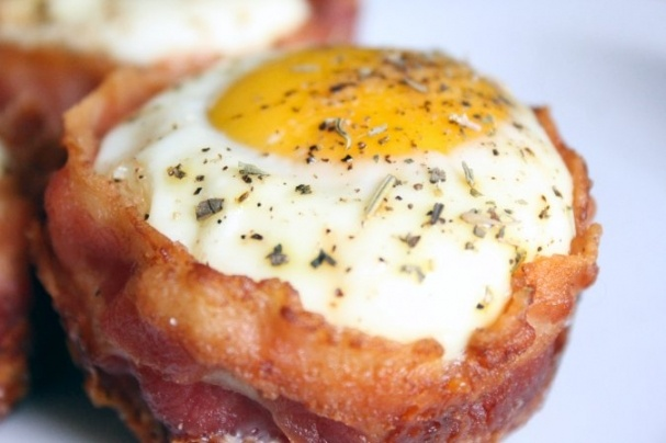 egg and bacon breakfast muffin cups, skip the bread and do a spinach ...