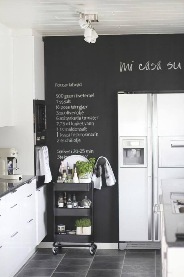 Uma parede com tinta de quadro negro na cozinha é muito <3  black kitchen wall, blackboard