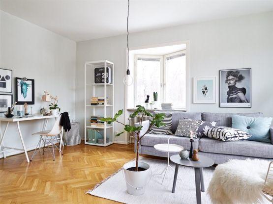 Un precioso sal n con un sof gris como protagonista for Paredes grises y puertas blancas