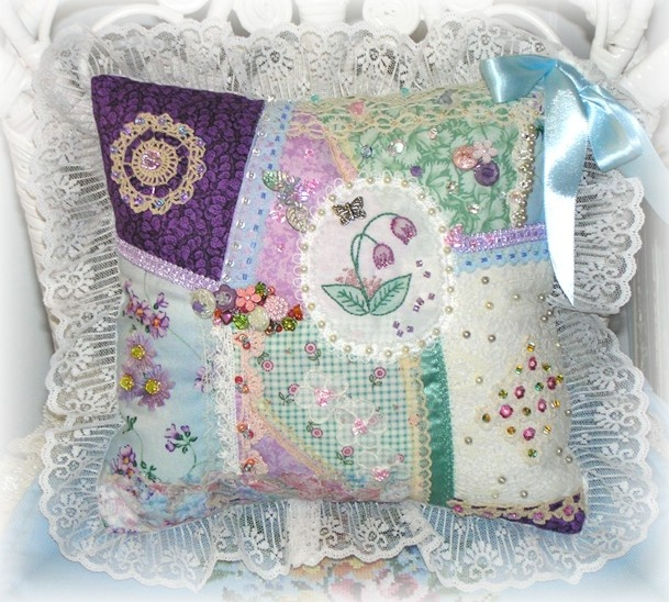 Shabby Chic pillow from old scraps of linen, ribbon and lace