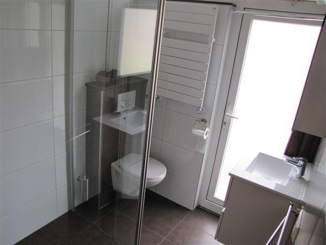 Keuken En Badkamer Design ~ Bruine tegels met witte wandtegels badkamer mooi ! via Van Dijk Tegels