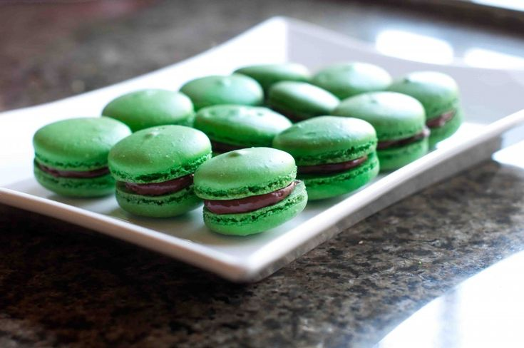 Mint Chocolate Macarons: French macarons filled with mint chocolate ...