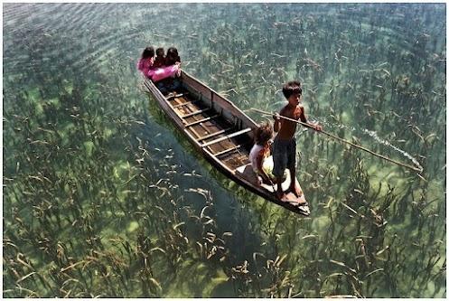 Niños levitando en una barca