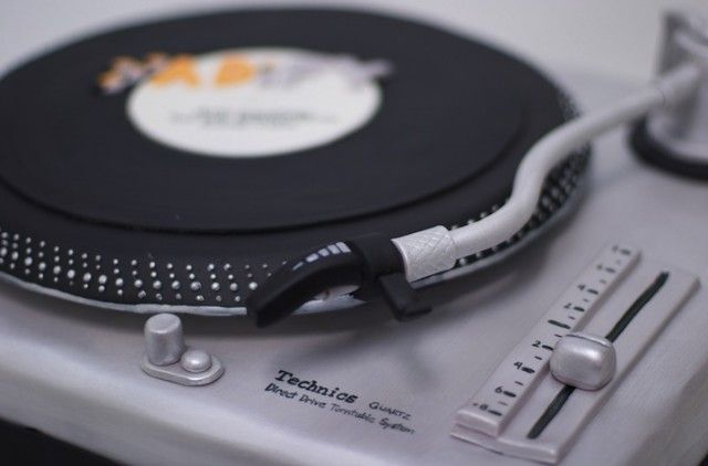 DJ or Dance Party? Here's a Record Player Cake. Yes, it's a CAKE. (Better them than us in the kitchen...)