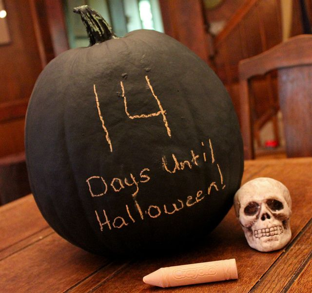 @Lauren Davison Murray I saw this and immediately thought of your spooky year round decor. :) Chalkboard Pumpkin <3