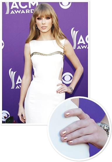 Taylor Swift mit goldener Metallic Maniküre zum weißen Kleid bei den ACM Awards in Las Vegas