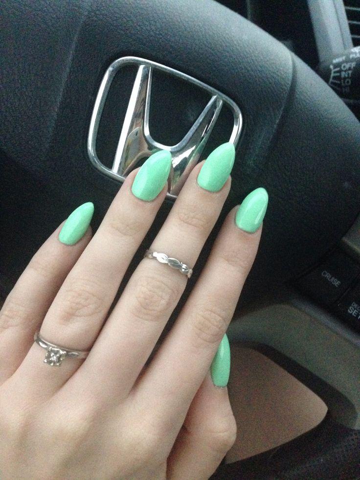 Миндальный цвет на ногтях