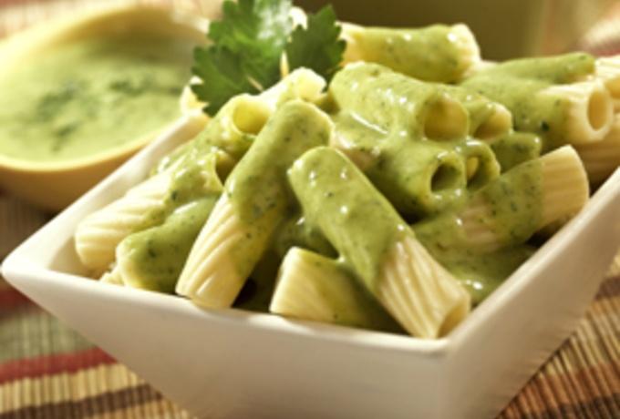 Pasta en salsa de cilantro y philadelphia