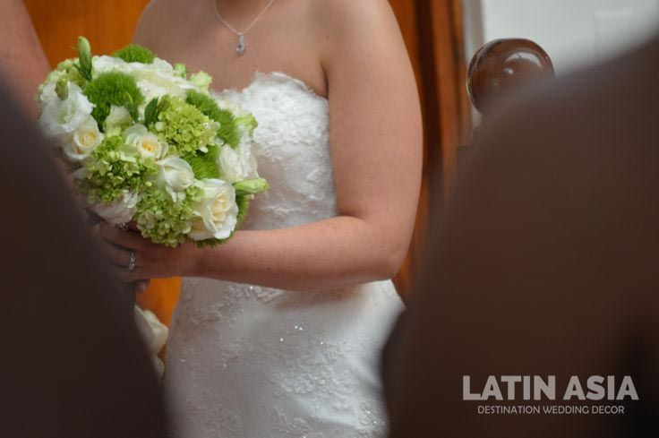 This is the combination I choosed when the bride told me her favorite colors, white, off white and greens. By wedding cancun by LATIN ASIA.