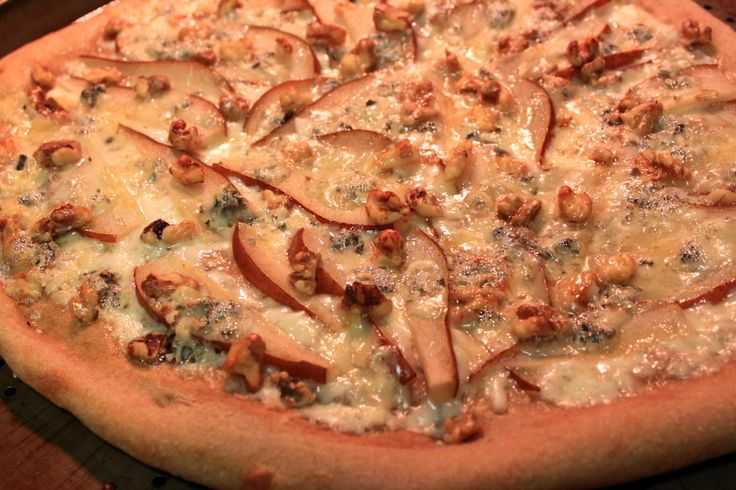 ... Wheat apple, blue cheese, walnut and gorgonzola pizza! Gotta try it