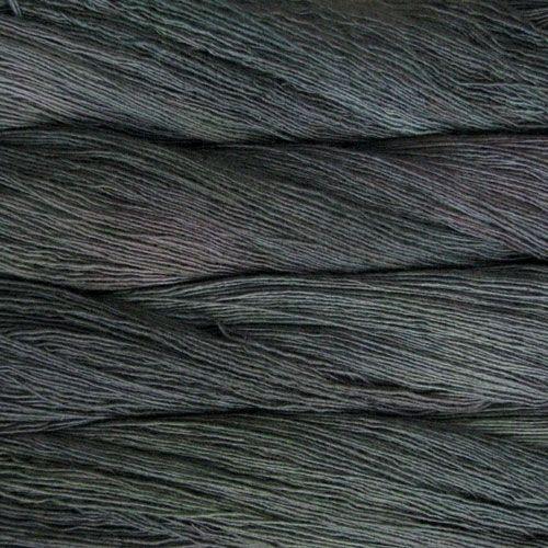 Malabrigo Lace, col. Tortuga (118). Pour l'effet une fois tricoté, voir http://www.ravelry.com/projects/Maedi/polaris ou http://www.ravelry.com/projects/susannalie/verona-shawl
