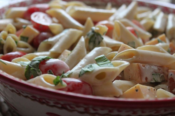 Spicy pasta salad with smoked gouda, tomatoes and basil.