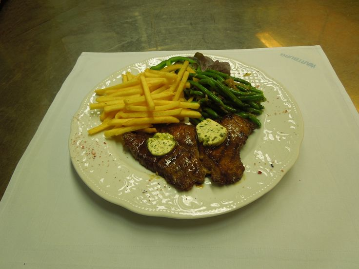 ... Rib eye Steak with herb butter, green beans and French fries € 13,50