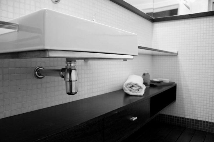 Bachas Para Baño Deca Piazza:Baño reciclado, con mesada de vidrio y mensulas especiales de acero