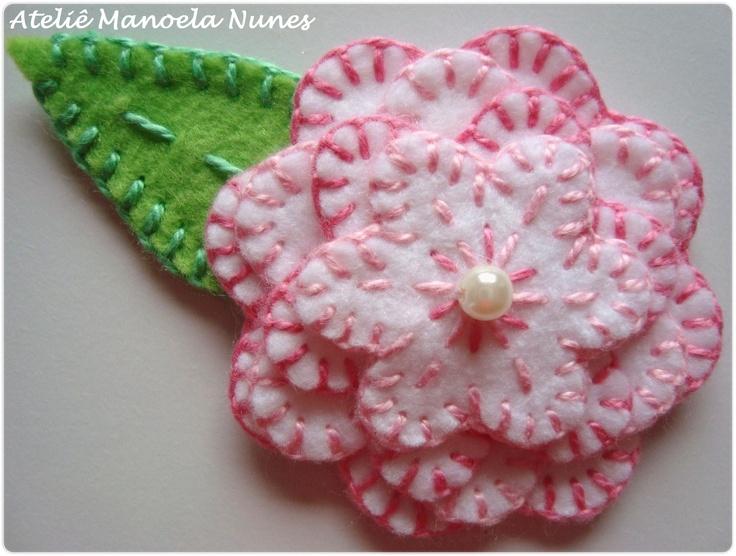Aplique de Flor de Feltro com Pétalas Bordadas e Folha de Feltro Bordada