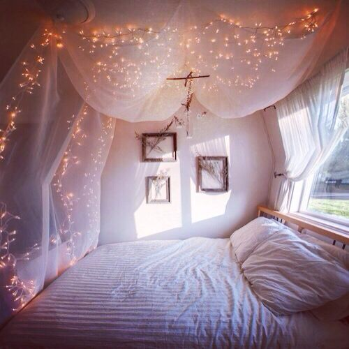 Fairy lights bedroom white dorm room inspiration for Room decor ideas with fairy lights