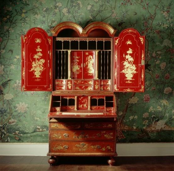 Mueble chinoiserie en rojo y oro sobre papel verde