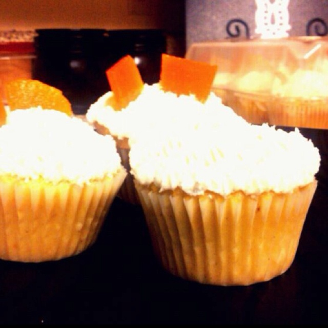 Orange vanilla bean cupcake :D -orange flavored cake -vanilla bean ...