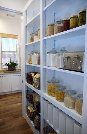 armario para a parede ao lado do balcão da cozinha. quem sabe sem portas. tá bonito!