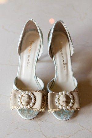 Открытым носком свадебная обувь с жемчугом броши | Фотограф http://www.harrison-studio.com/